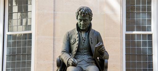 Statue d'Antoine-Isaac Silvestre de Sacy située dans la cour du bâtiment historique de l'Inalco © Mathious Gomes