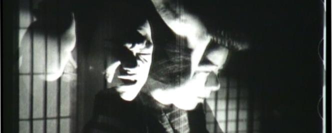 Deux visages d'hommes semi-transparents dans une pièce japonaise traditionnelle