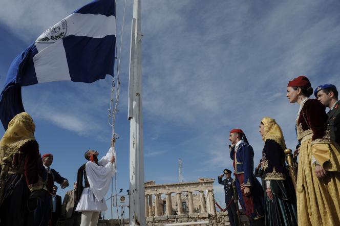 Levée des couleurs en Grèce