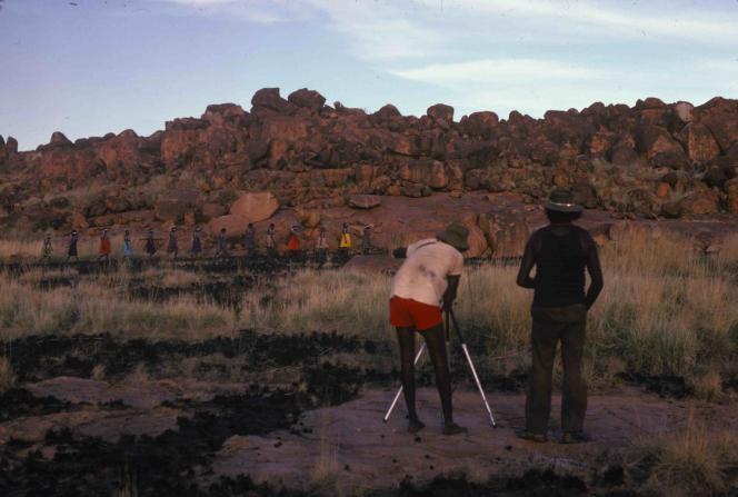 Deux hommes face à une colline