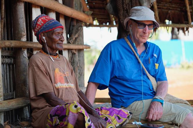Steven Feld et un homme bosavi (Papouasie Nouvelle Guinée) en train d'écouter de la musique