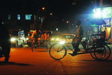 Photographie représentant une rue en pleine nuit en Asie du Sud