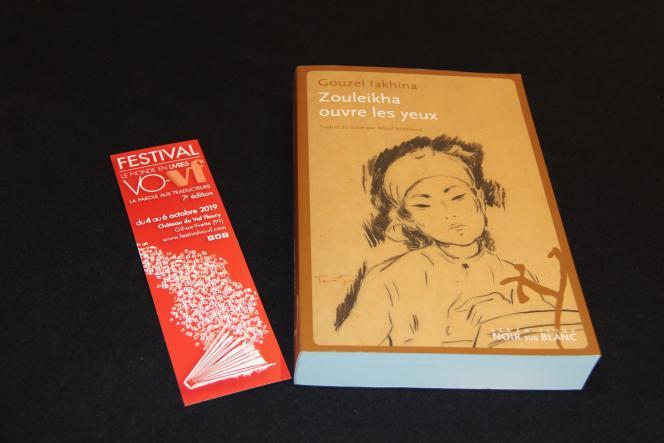 Livre primé et flyer du festival Vo/Vf