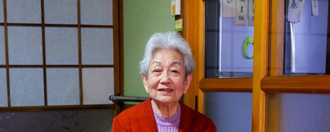 Portrait photo d'une femme japonaise chez elle