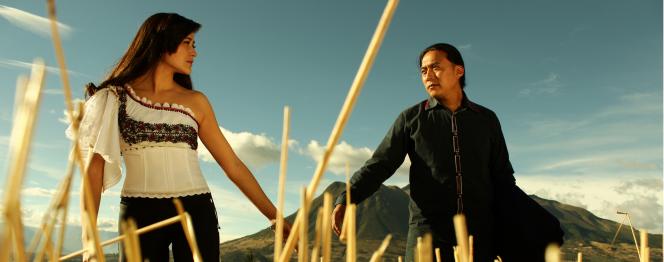 Photographie tirée du film Killa représentant un homme et une femme se tenant la femme et se regardant, dans un champ