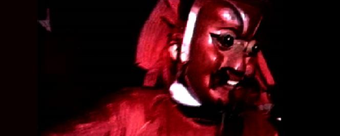 Scène de danse « Nuoxi » avec masque rouge et noir