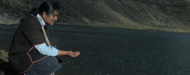 Photographie extraite du film Los ojos del camino. On y voit un homme près d'un fleuve, abaissé devant l'eau