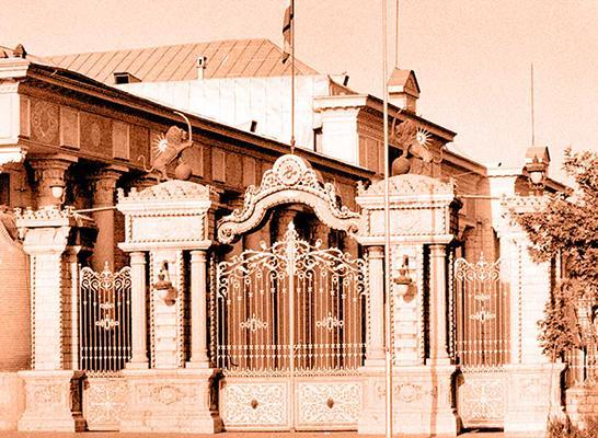Portail en fer forgé avec deux piliers surmontés de lions