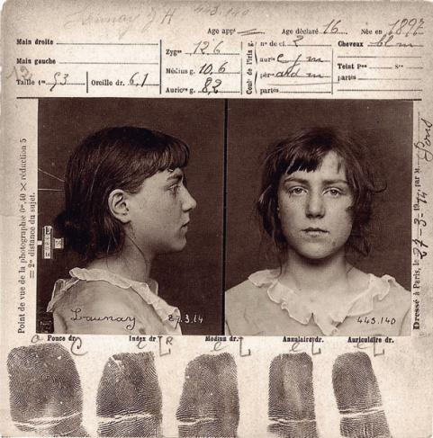 Fiche anthropométrique d'une jeune fille de 16 ans dressée selon un système de Bertillonnage, le 27 mars 1914 à Paris.