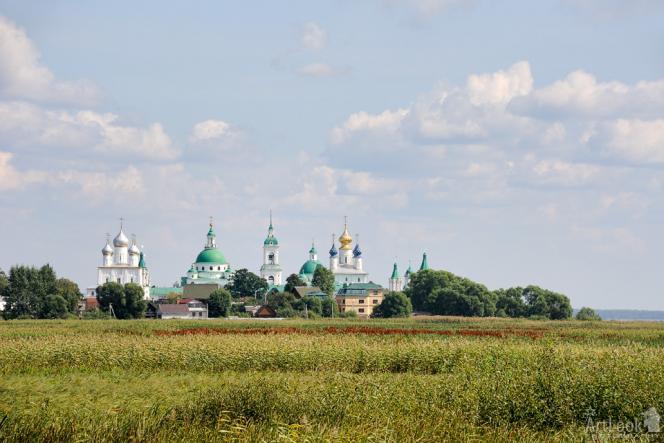 Panorama d'un village russe et de son église orthodoxe un jour d'été