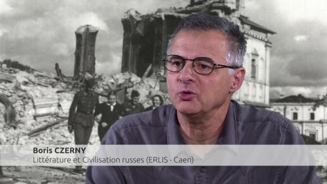 Photo d'un homme avec en arrière plan une ville détruite et des militaires de la 2ème Guerre Mondiale heureux