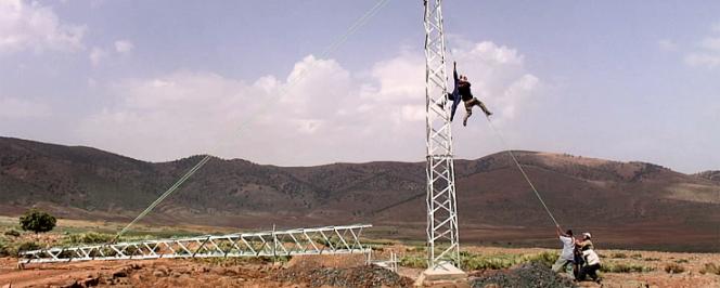 Montage de pylônes électriques dans le Haut-Atlas marocain