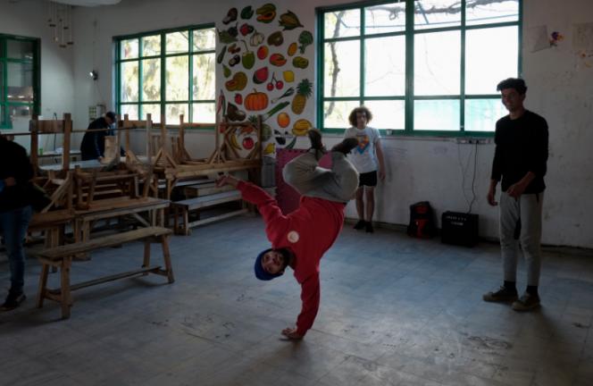 Danseurs dans une salle de classe