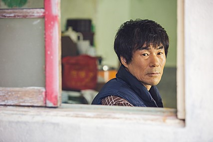 image du film Beautiful Days (2018) de YUN Jéro - homme regardant par la fenêtre
