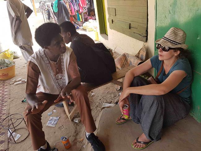 Mélanie Bourlet sur le terrain avec un post-doctorant.