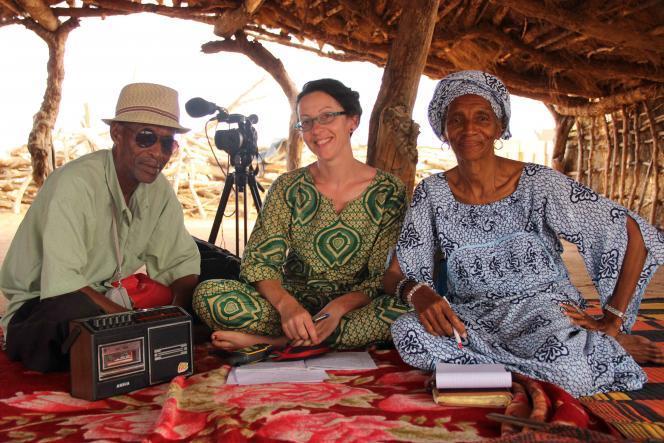 Mélanie Bourlet sur le terrain pour le film Bakary Diallo avec les enfants du poète.