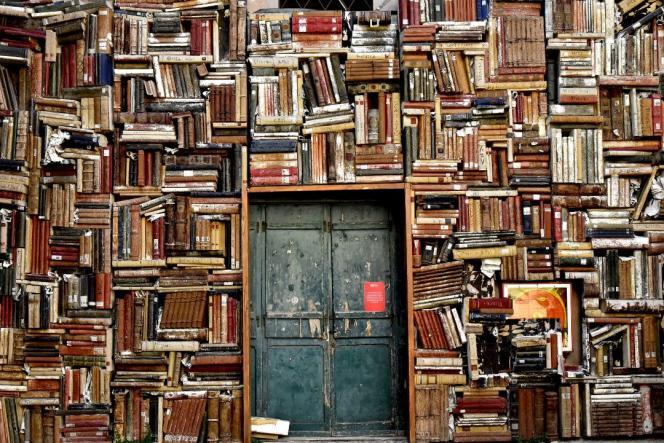 vieille bibliothèque occupant tout un mur