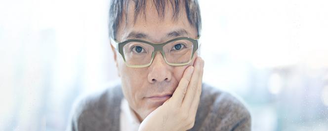 Portrait d'un homme asiatique portant des lunettes