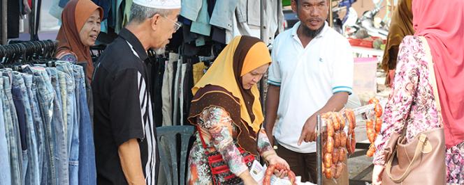 Cinq personnes malaisienne sur un marché