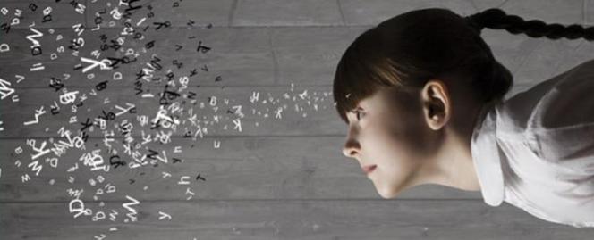 Enfant regardant des lettres en désordre projetées en l'air