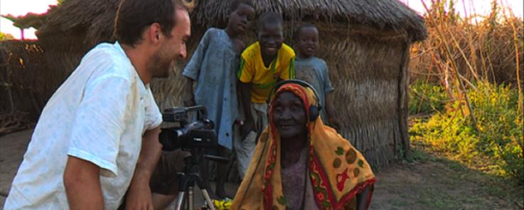 Un linguiste filme et enregistre une femme originaire du Sud du Tchad