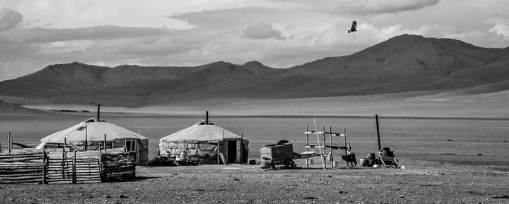 Yourtes et enclos pour le bétail du campement dans la steppe (Mongolie)