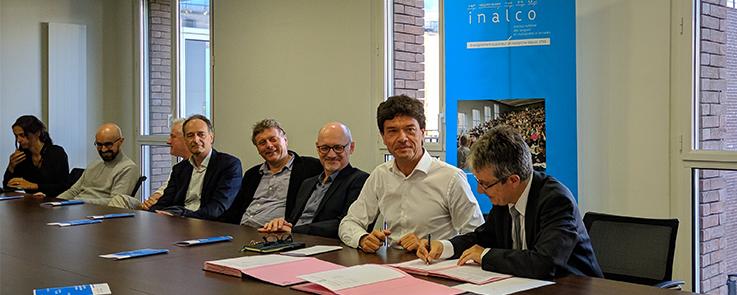 M. Jean-François Huchet, président de l'Inalco, et M. Christophe Prochasson, président de l'EHESS, signent une convention entre les deux établissements en présence de l'équipe de direction de l'Inalco.