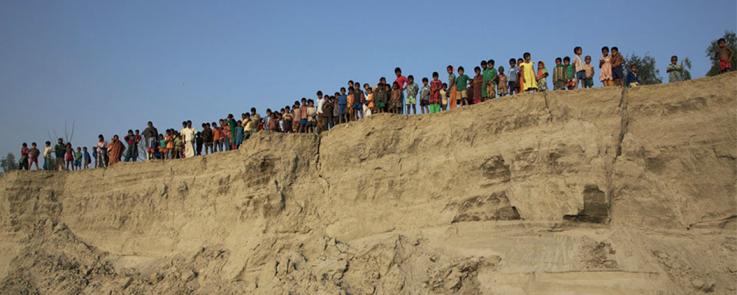 Multitude d'enfants au bord du lit profond d'une rivière
