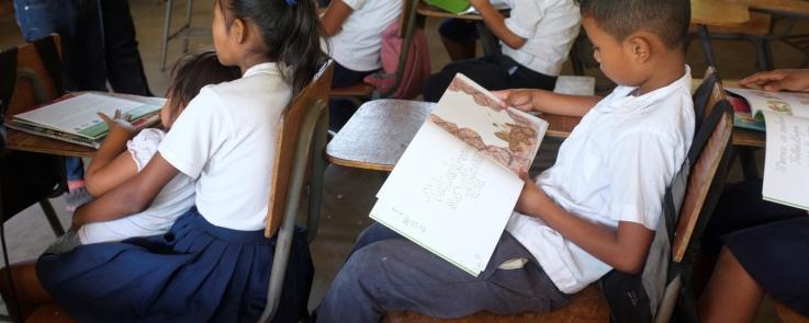 Enfants du village La Laguna lisant le premier livre écrit en pesh