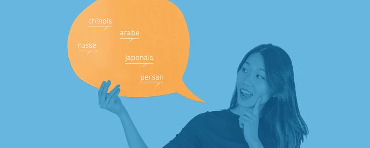 Jeune femme qui tient un phylactère avec les mots chinois, russe, persan, arabe et japonais dans ses mains