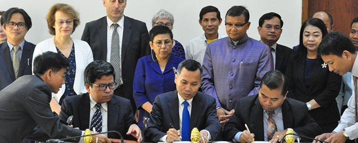 Les partenaires cambodgiens du projet Geresh-Cam signent l'accord à Phnom Penh (Cambodge)