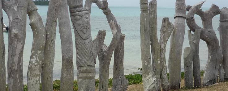 Alignement de statues de l'Île des pins (Nouvelle-Calédonie)