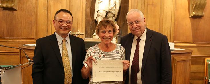 L'ethnologue Josiane Cauquelin tenant son Prix de la Fondation
