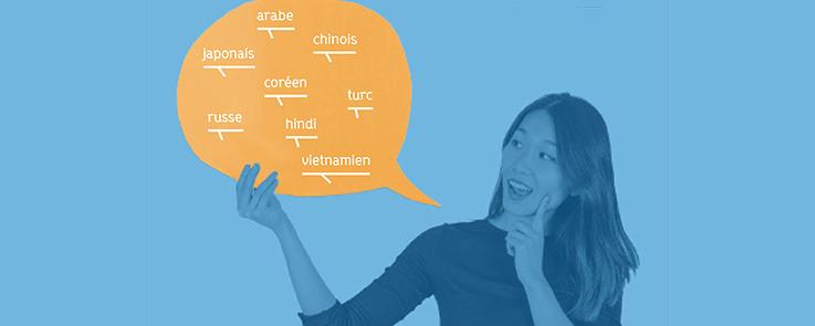 Etudiante tenant dans une main un phylactère avec les mots chinois, arabe, russe, turc, hindi, coréen, japonais et vietnamien