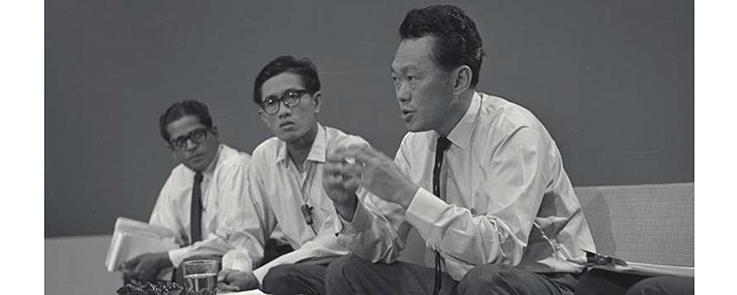 Lee Kuan Yew (à droite) annonce l'indépendance de Singapour lors d'une conférence de presse le 9 août 1965. (Source : The Straits Times, 11 juillet 2011)