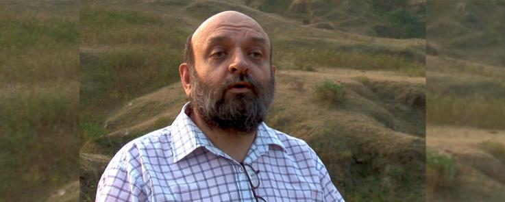 Marcel Courthiade dans le film « Le Chant des Rroms », de Louis Mouchet (2008)
