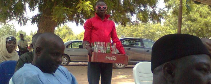 Vendeur de boissons au « book launch » de Yungur Heritage