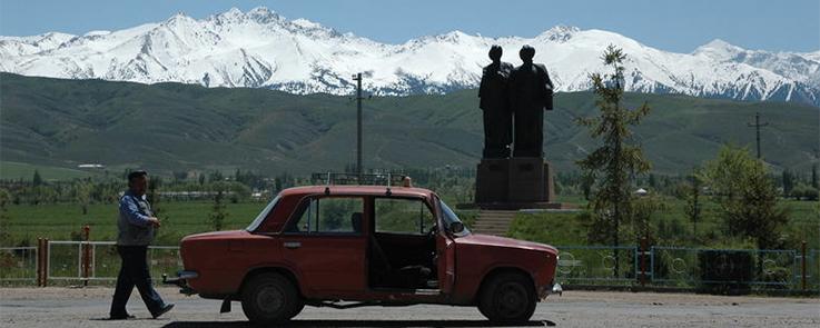 L'homme à la Lada au Kirghizistan