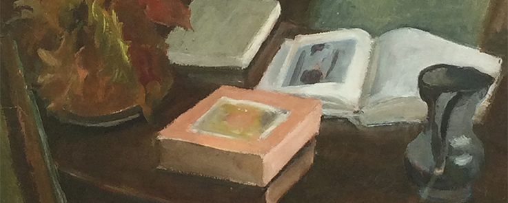 Nature morte : livre ouvert sur table en bois, chandelier et composition florale d'automne