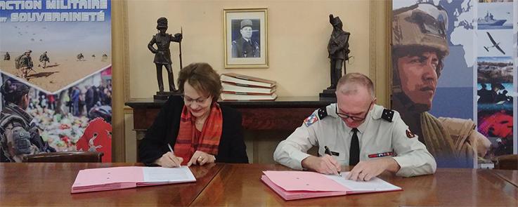La présidente de l'Inalco et le directeur du CDEC signent la convention dans les locaux du CDCE