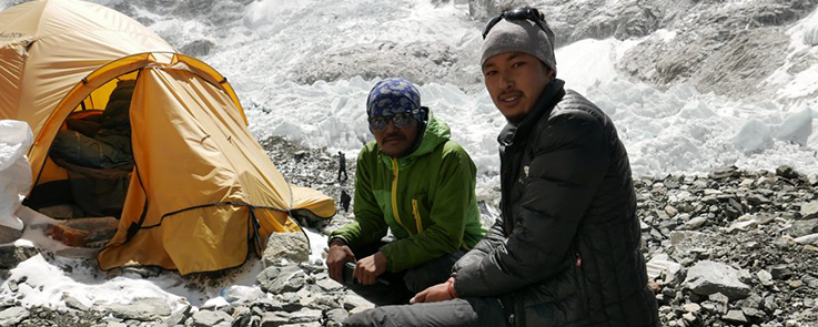 Deux touristes et leur tente dans une région enneigée de l'Everest