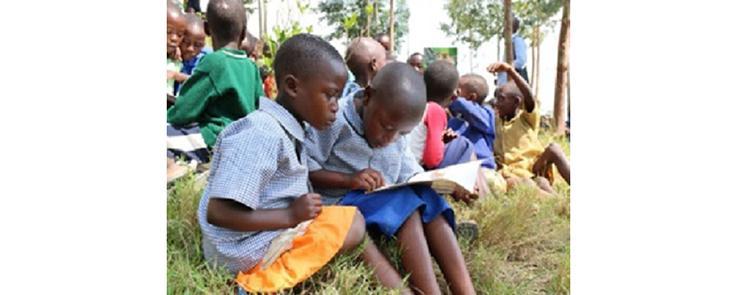 Les enfants apprennent à lire dans la journée, et le soir, ils écoutent des contes et ils apprennent à les dire, en kinyarwanda (Rwanda).