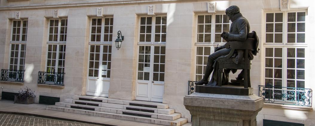 Maison de la recherche RDL - cour intérieure et statue de S. de Sacy