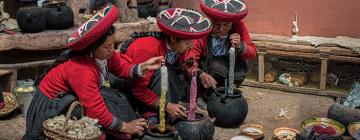 Femmes quechua teignant de la laine d'alpaga