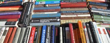Photographie représentant de nombreux livres russes