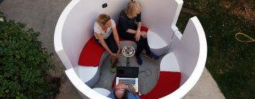La capsule conversationnelle : Espace fermé doté d'un micro central.
