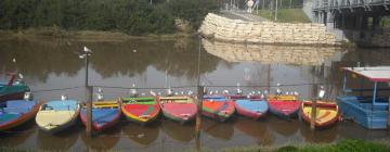Bateaux accolés les uns aux autres sur le fleuve hayarkon (Tel Aviv, Israël)