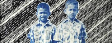 2 enfants en sandalettes, shorts et chemises sur un tissu batik
