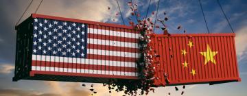 Illustration de deux container, l'un représenté avec le drapeau chinois, l'autre avec le drapeau des Etats-Unis. Les containers s'entrechoquent illustrant la guerre commerciale entre les deux pays.