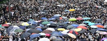 Photographie prise à Hong Kong représentant des milliers de personnes avec un parapluie